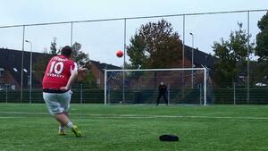 Този 120-килограмов холандец ще накара и най-големите футболни звезди да му завидят