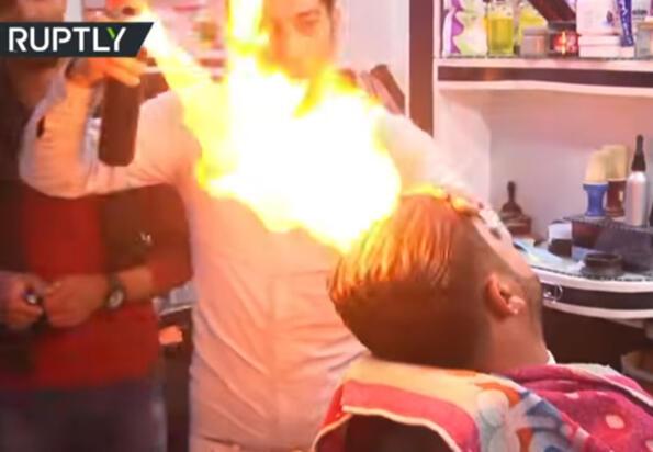 Фризьор подстригва с огън!