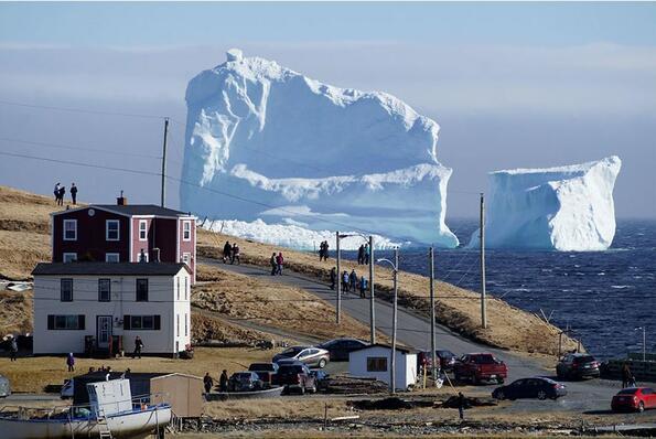 Гигантски 45-метров айсберг доплава покрай Канада