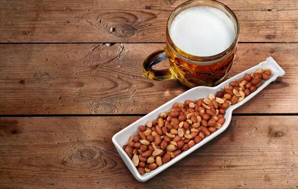 Една бира и пакетче фъстъци са по-полезни след тренировка от вода или добавки!