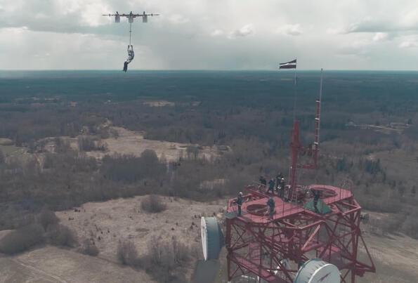 Все някога щеше да се случи: Човек скочи от дрон!