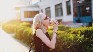 Най-красивите момичета, които ядат дюнер!