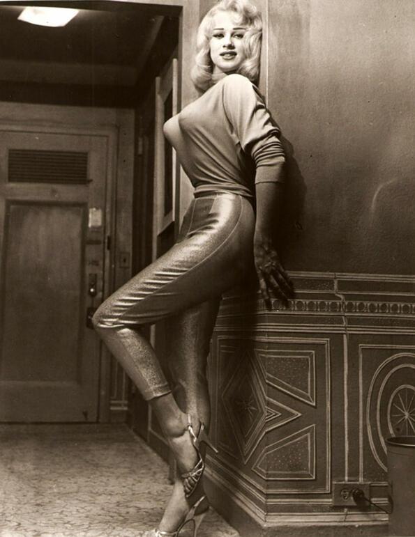 <p>В наши дни няма да видиш жена с такъв сутиен, но те са били много популярни през 40-те и 50-те години на миналиявек. Няколко десетилетия по-късно Мадона отново въвежда тази мода като носи остър сутиен на турнето сипрез1990 година.</p> <p>Е, ние ги намираме за крайно смиипатични...</p>