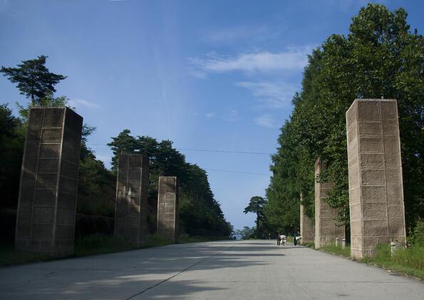 <p>Пътуването по магистралите в Северна Корея е голямо преживяване, тъй като ни позволява да видим всекидневния живот на страната, който не се контролира от правителството така, както в Пхенян. Магистралите свързват основните градове и по тях няма автомобили. Това създава много странна атмосфера, тъй като пътищата са толкова големи и в лоши условия с многобройни дупки.</p>