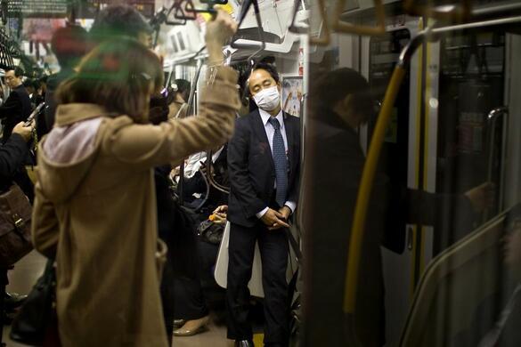 """<p><span style=""""background-image: url(../img/wline.gif); background-color: #ffffff;"""">Дейвид</span><span style=""""background-image: url(../img/wline.gif); background-color: #ffffff;"""">Тесински</span>е фотограф, който посещава Япония и създава серия от снимки, посветена на японските работници. Той ги оприличава на роботи, защото работят неуморно всеки ден.</p>"""