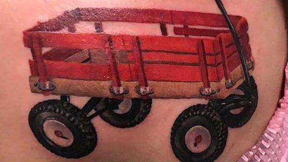 Защо хората си татуират малки червени колички?