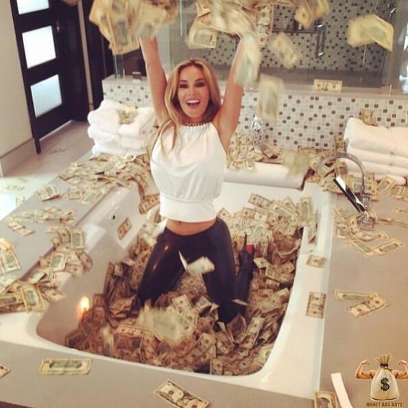 Вана пълна с пари, златно шампанско и лични самолети: с какво се хвалят богатите хора!