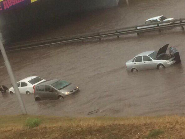 Кола зад борда: най-грандиозните кадри от потопа в Уфа