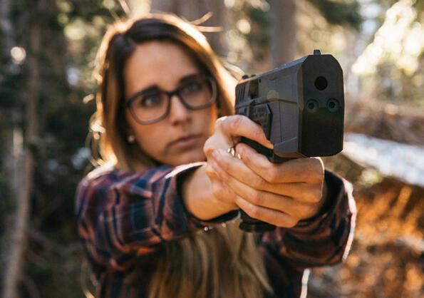 Епична реклама на пистолет, каквато не си виждал никога!