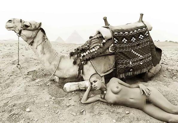 """""""Вкараха ни в затвора като кучета"""": защото един модел в Египет лежа в затвора?"""