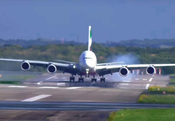 Я виж как най-големият авио-лайнер едвам не се разби като кацна!