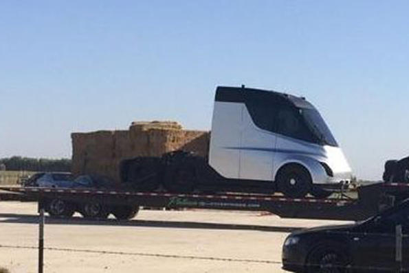 Ето го и първия камион на Tesla!