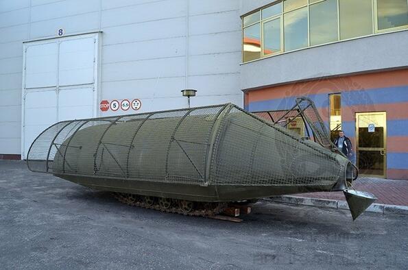 Украинец направи танк от трактор и цистерна!