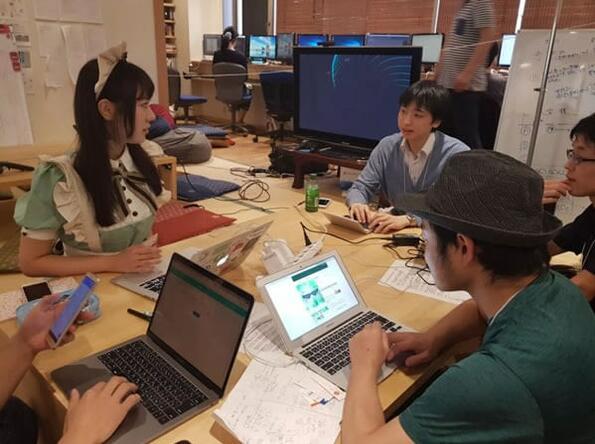 """В учебно заведение в Токио студентите изучават програмиране в компанията на малки """"прислужници"""""""