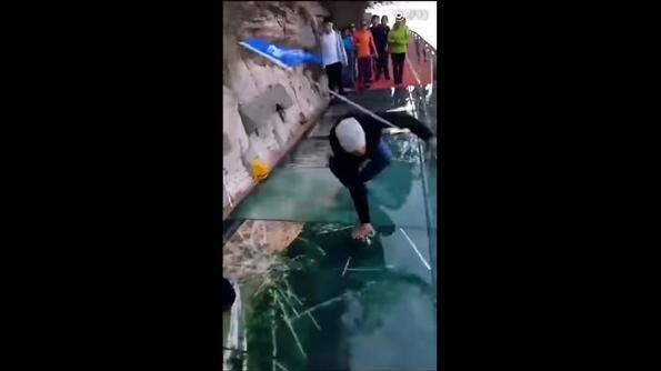 Стъклен мост в Китай се чупи под краката на минувачите