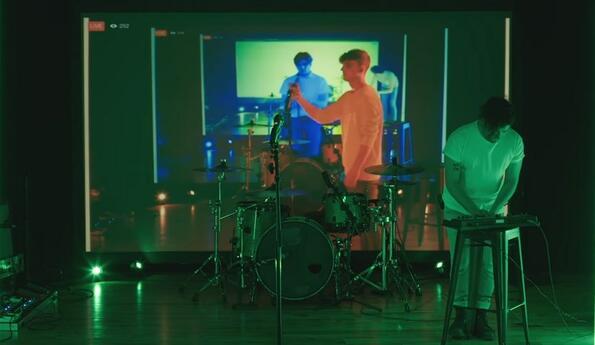 Група представи музикално изпълнение чрез забавянето на функцията Facebook live