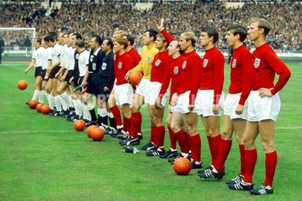 Всички футболни топки на световните първенства на едно място!