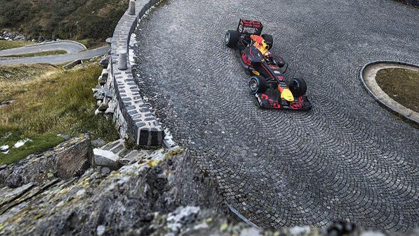 Какво е да се движиш с болид на F1 по нормален път!