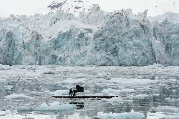 """<p>Всяка година наградите<span><span style=""""background-image: url(../img/wline.gif);"""">Siena</span></span>International Photo Awards споделят най-добрите снимки на най-красивите и уникални места, хора и събития на Земята. Снимките са направени от невероятни фотографи от цял свят, които искат да ни покажат света през собствената си гледна точка. Специално за вас, подбрахме тези, които ни впечатлиха най-много.</p>"""