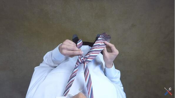 Видео показва най-лесния начин за връзване на вратовръзка