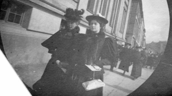 19-годишен студент слага скрита камера в дрехите си и снима улиците през 1890 година