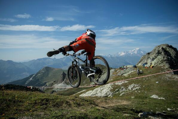 Да минеш огромна пропаст с колело през въже!