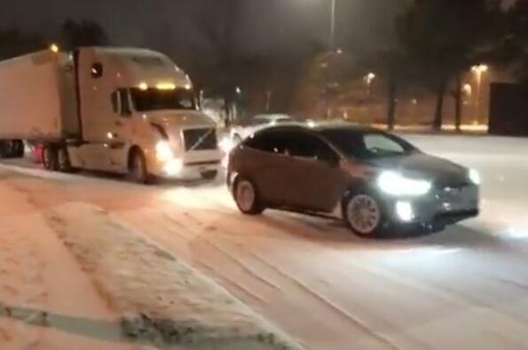Виж как Tesla Model X извади закъсал тир в снега!