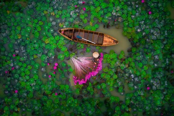 """<p><span style=""""background-image: url(../img/wline.gif); background-color: #ffffff;"""">Dronestagram</span>е общност, която събира фотографи от цял свят на едно място, за да споделят своята страст.Красотата на фотографията с<span style=""""background-image: url(../img/wline.gif); background-color: #ffffff;"""">дрон</span>е, че тя ни позволява да видим нещо, което е много необичайно за човешкото око, а именно изследването на различни перспективи от огромни височини. Ето кои са най-добрите снимки за 2017 година.</p>"""