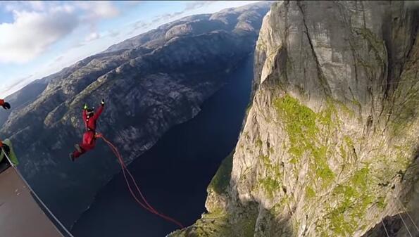 Гледай как се скача от 392 метра и това става световен рекорд!