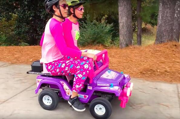 Ето какво се случва, когато сложиш 250-кубиков двигател в количката на кукла Барби