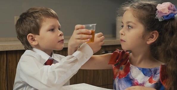 В Тюмен (което е в Русия) снимаха много странно видео, в което децата пият!