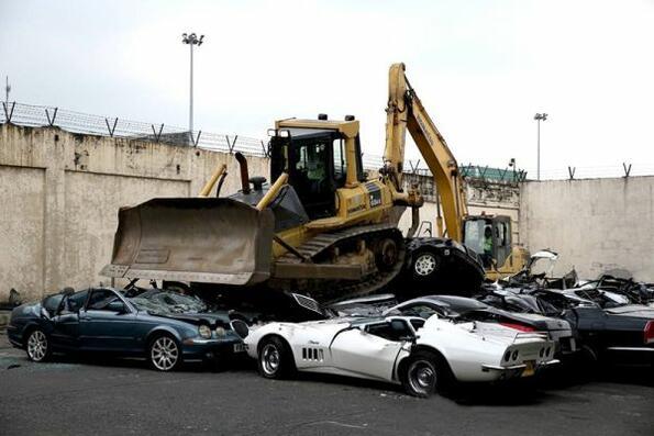 Гледай как булдозер размазва коли за 1.2 млн. долара и плачи!