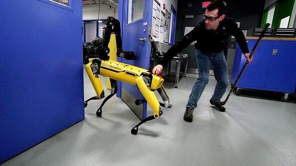 """Роботът """"куче"""" на Boston Dynamics се оказа много по-брутален! Ето какво остана зад кадър!"""