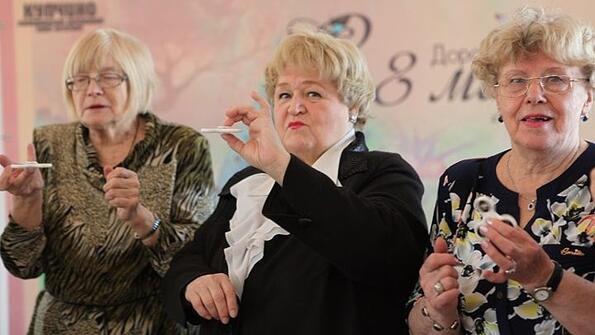 Депутатите от Санкт Петербург подариха на бабите спинъри за празника на жената!
