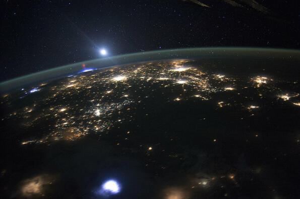 Разбиване на мистерията на ослепителните червени и сини светкавици в атмосферата
