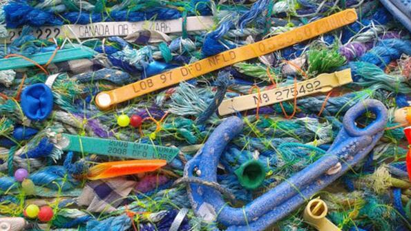Британски артист прави гоблени от изхвърлени в морето боклуци