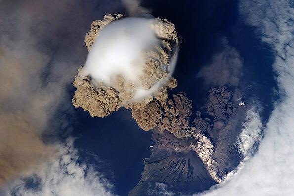 Снимки на вулканично изригване, направени от космоса.