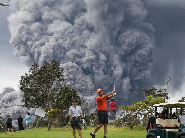 Голфъри играят любимия си спорт на фона на избухващ вулкан