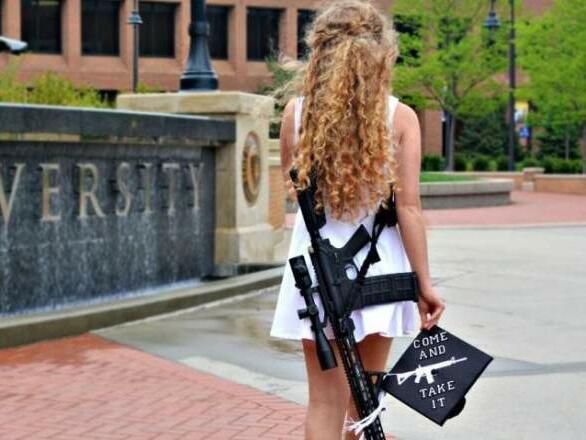 Момиче на завършването си с AR-10
