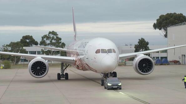 Куче влачи рейс: Tesla Model X дърпа огромния 787-9 Dreamliner