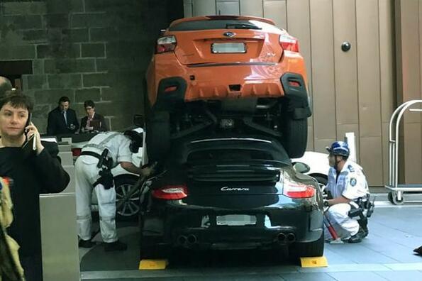 """Идиот на месеца: служител в хотел успя """"някак си"""" да вкара Porsche 911 под Subaru XV"""