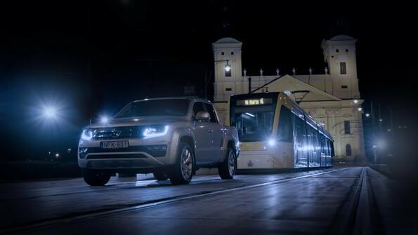 Такова не си виждал! Volkswagen Amarok тегли трамвай с 5 вагона, тежащи общо 49 тона!