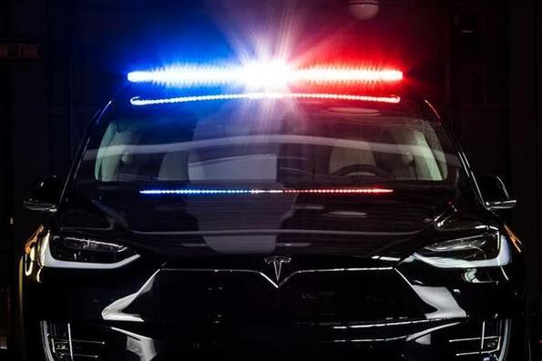 Tesla Model X става полицай!
