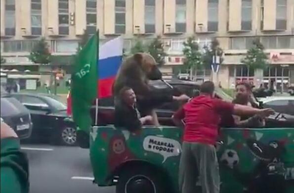 Нищо странно: огромна мечка се вози в джип и свири на вувузела в центъра на Москва