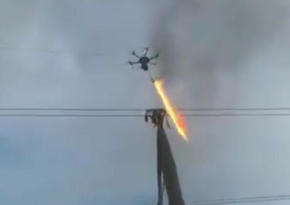Най-якото от новите технолигии: дрон с огнехвъргачка!