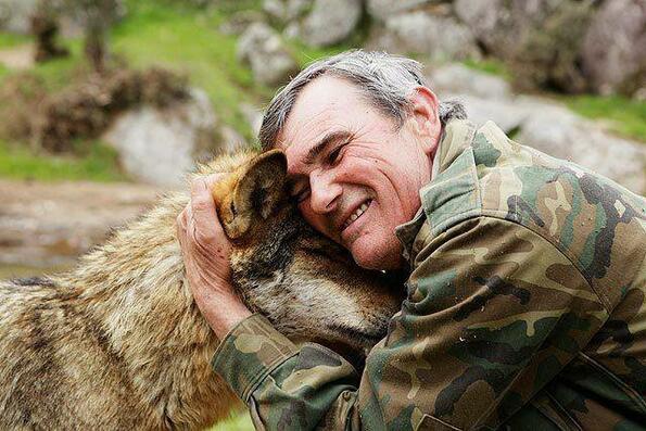 Запознайте се с мъжа, отгледан от вълци