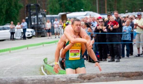 Във Финландия се проведе шампионат по носене на жени...