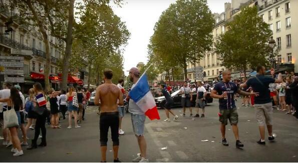 Париж в момента на победата!