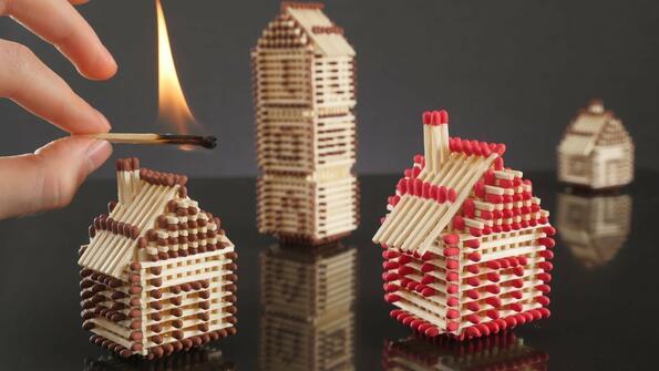 Как да си направиш малко село от кибритени кутийки и после... да го запалиш!