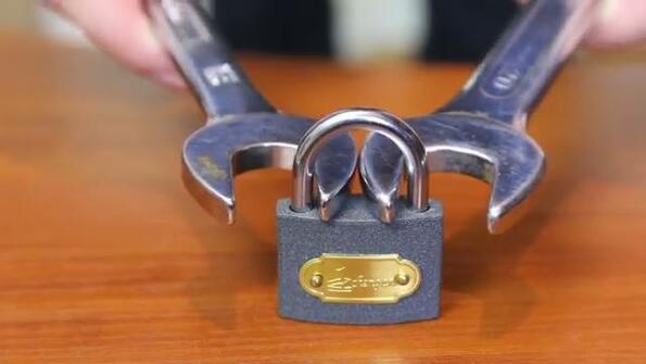 Как да отвориш катинар с гаечен ключ!